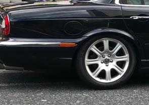 エアサス異常で車高が下がったジャガーのリア部分拡大画像