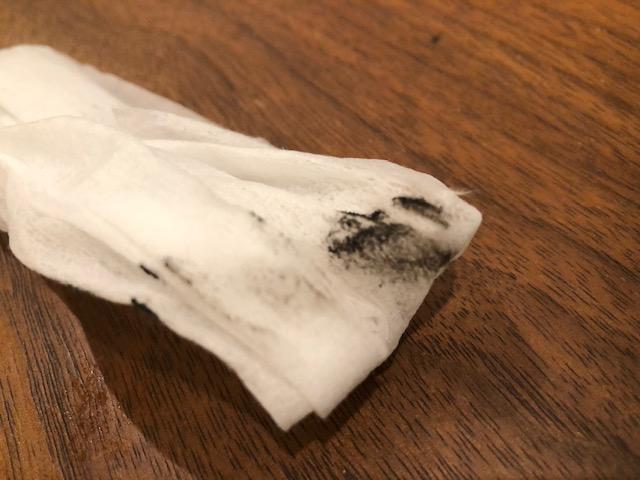 窓枠を拭いたウェットティッシュについた粉塵
